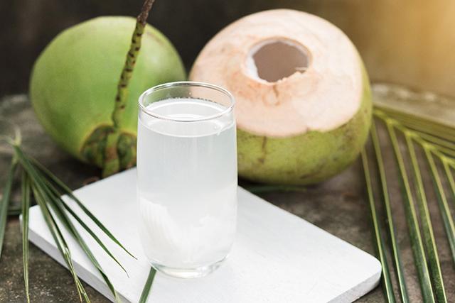 Beneficiile consumului apei de cocos